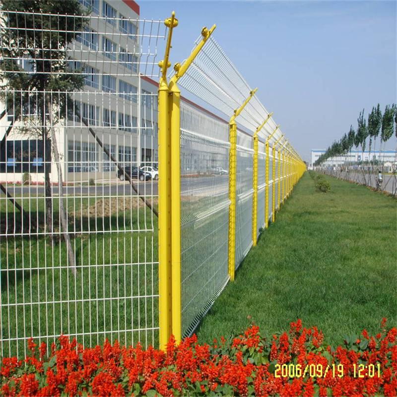 现货护栏网 折弯防护网 桃型柱厂家