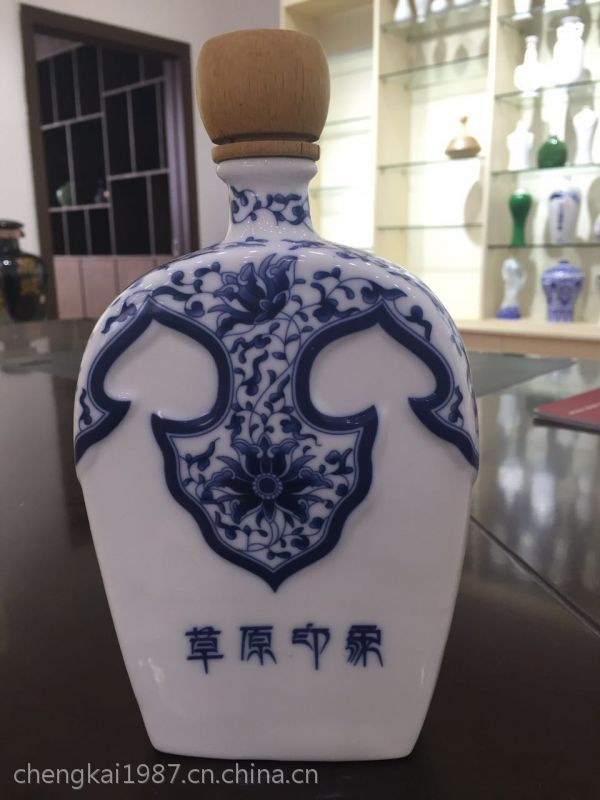 景德镇器成堂陶瓷酒瓶厂主营青花 雕刻 喷漆 珐琅彩系列酒瓶酒坛