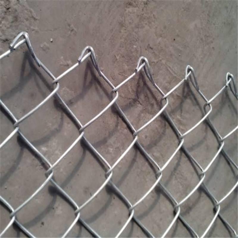 绿色浸塑勾花网 篮球场安全护栏 菱形围网