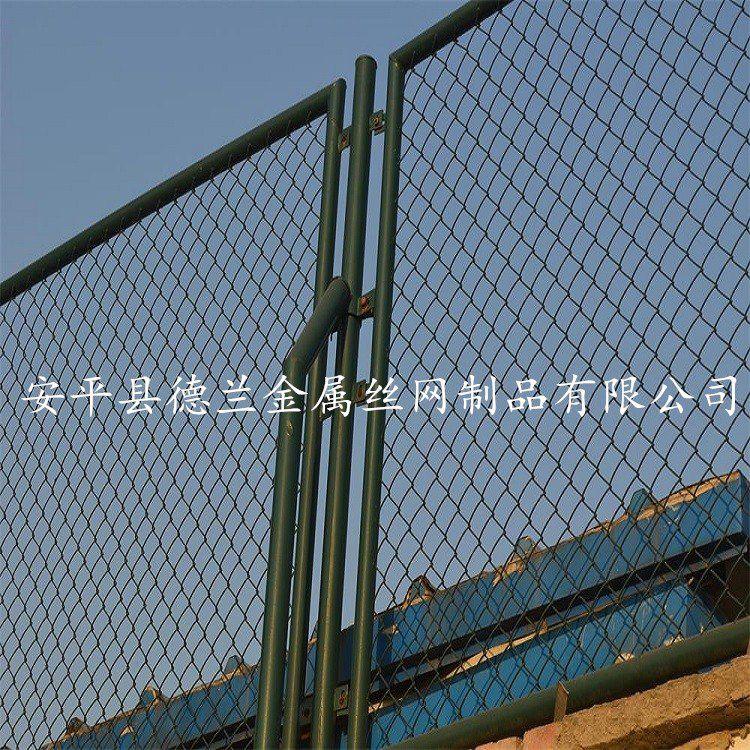 德兰笼式足球场围网厂家 运动场体育场安全围栏网 国标喷塑球场勾花护栏