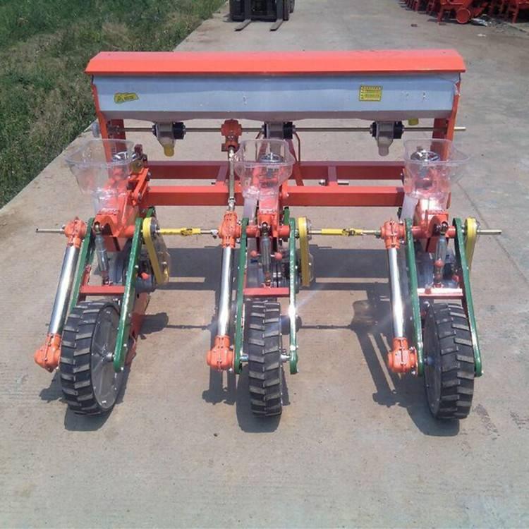 拖拉机带的2行花生覆膜播种机 富兴单垄双行喷药覆膜机哪里有卖