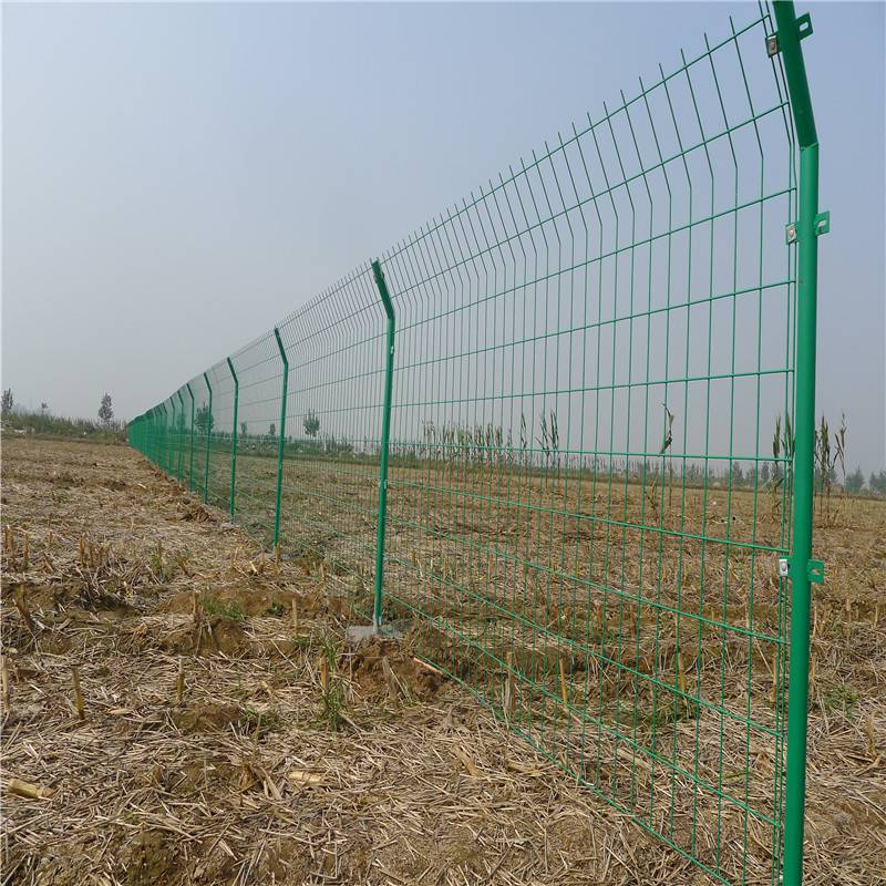养殖场护栏网 三角折弯护栏网 学校围墙铁丝网