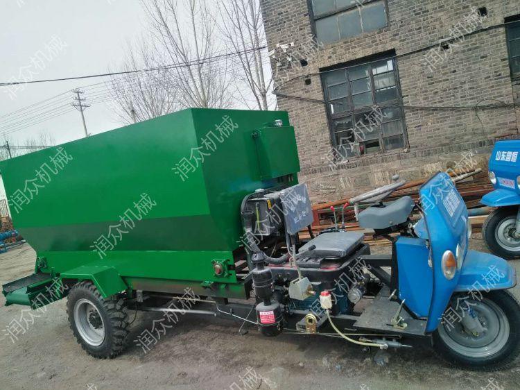 奶牛养殖场饲料撒料车 4立方柴油动力喂料车 润众