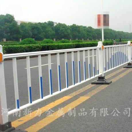 南阳信阳地区 道路隔离热镀锌钢材围栏护栏 车道隔离锌钢护栏 市政道路隔离栏河南新力