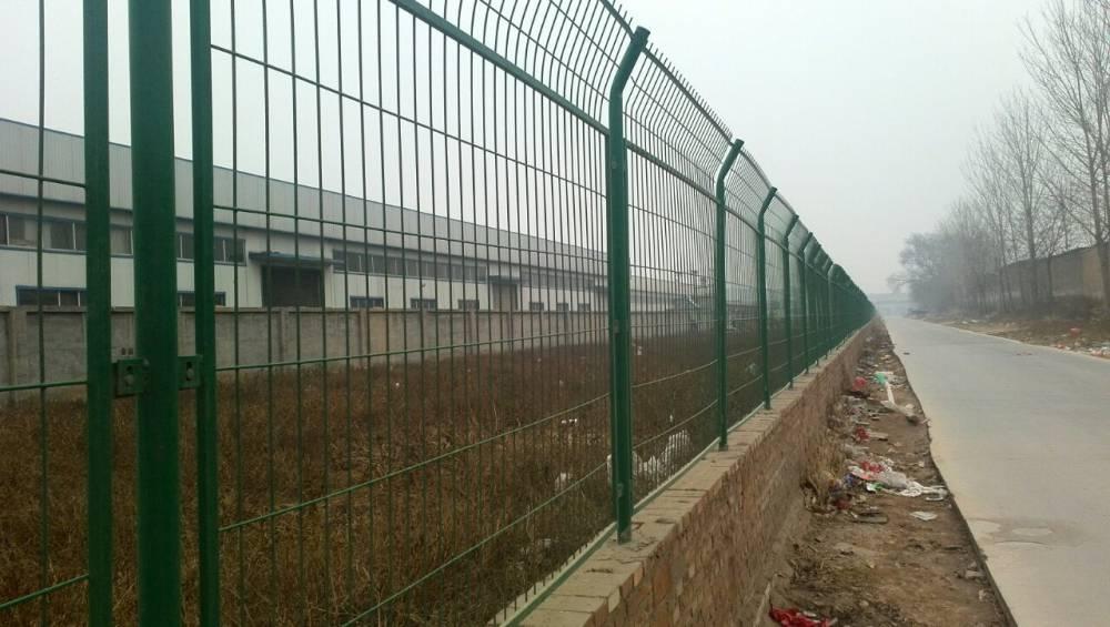 1.8*3m高厂区围栏网 聊城框架护栏网 护栏网厂家-万泰金属网