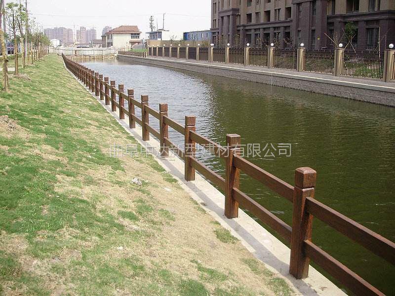 莱芜厂家专业出售水泥防腐木栏杆 河堤仿树皮护栏 水泥仿石栏杆