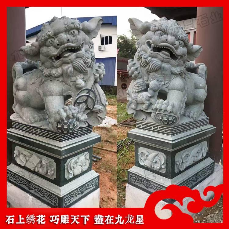 青石献钱师 定制石狮子一对 寺庙神兽雕刻