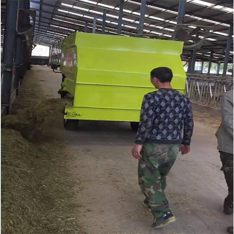 晴隆畜牧养殖撒料车 草料电动喂料车 青草饲料喂牛车 浩发