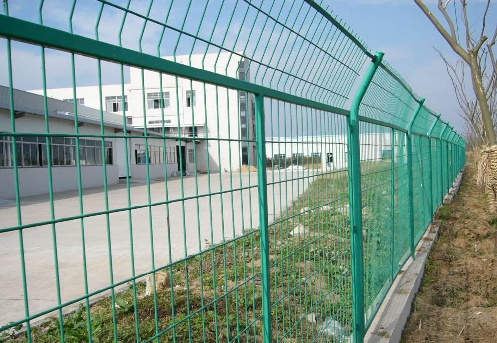 汕头市政道路防护网现货 公路围栏网规格 汕头绿色带弯头护栏网价格