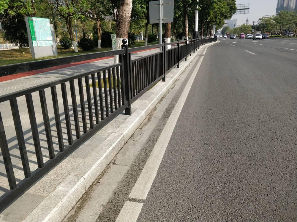 广州街道非机动车隔离栅 人行道防护栏京式 机动车中心分隔栏杆价格