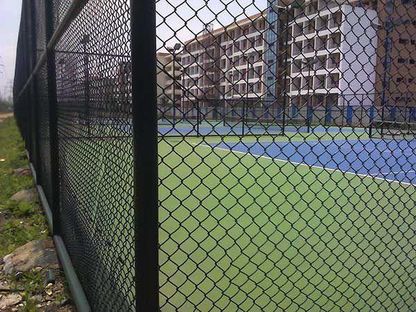 固荣丝网厂家供应4m*4m组装式pvc包塑学校体育场围网图片