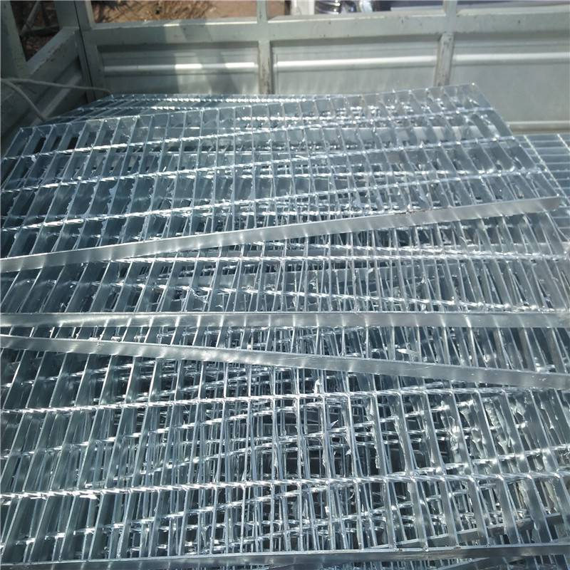 踏步板a4 钢梯踏步板厚度 钢格板安装夹