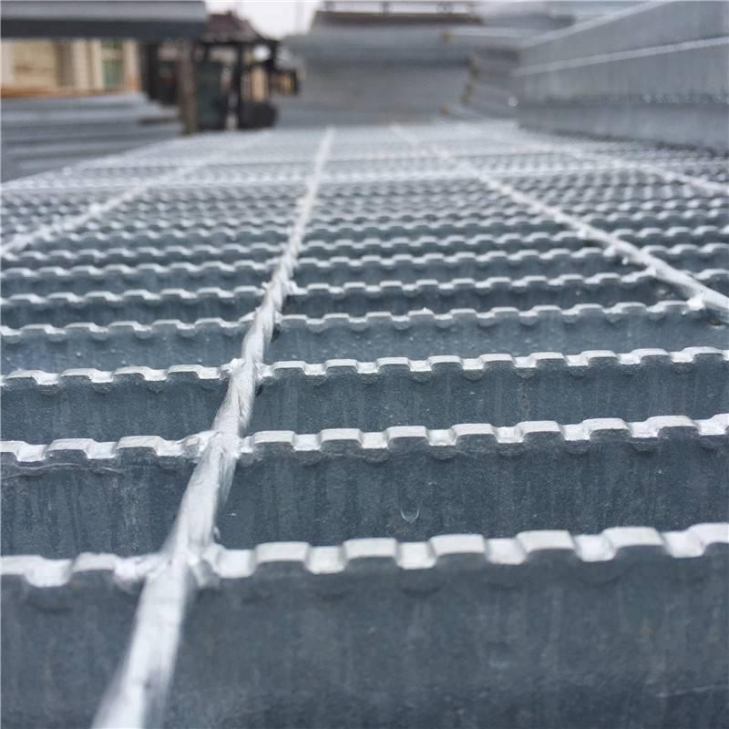 楼梯踏步板价格 钢楼梯踏步板 钢格板厂