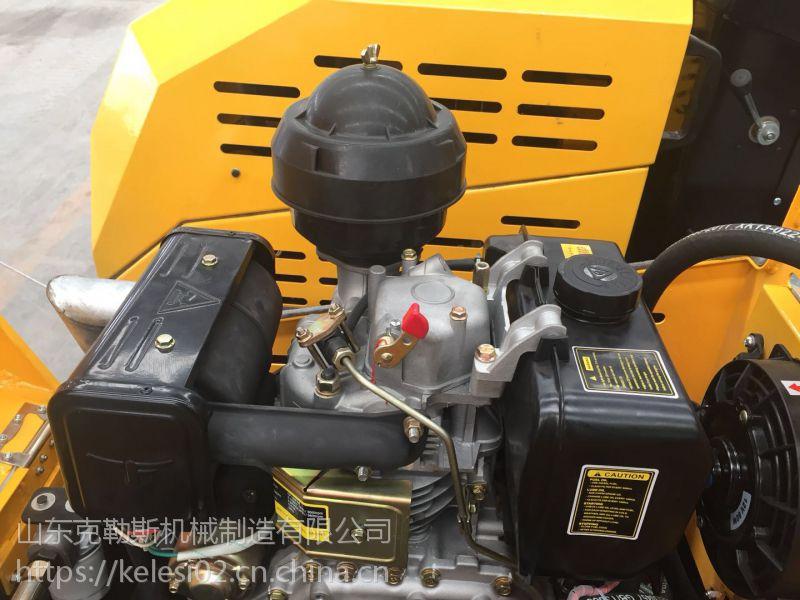 看道路施工中美丽的莲花 克勒斯2吨小型压路机 设计科学美观