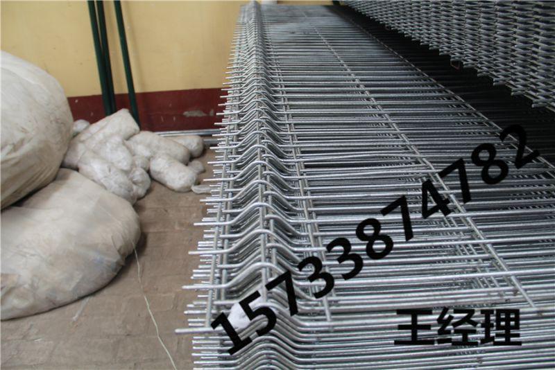 库尔勒 浸塑 围墙护栏 C型柱护栏网 美格网围栏 制造商