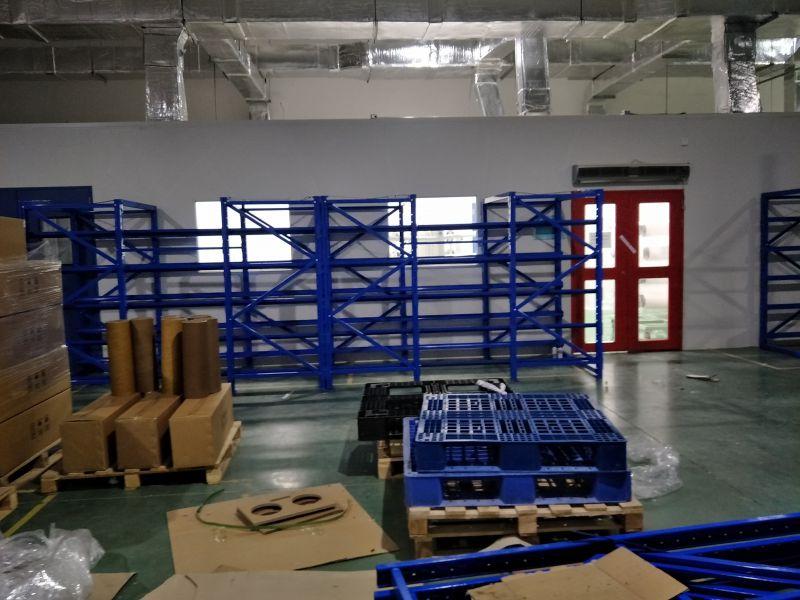 立柱为装配式结构,横梁与立柱之间采用钢扣
