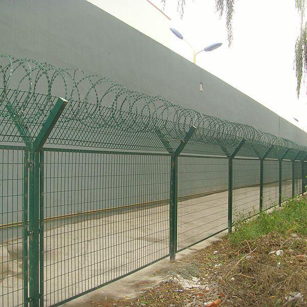 新疆欧利特供应机场监狱隔离防护镀锌刀片刺绳,铁丝网,刀刺滚笼可定制图片