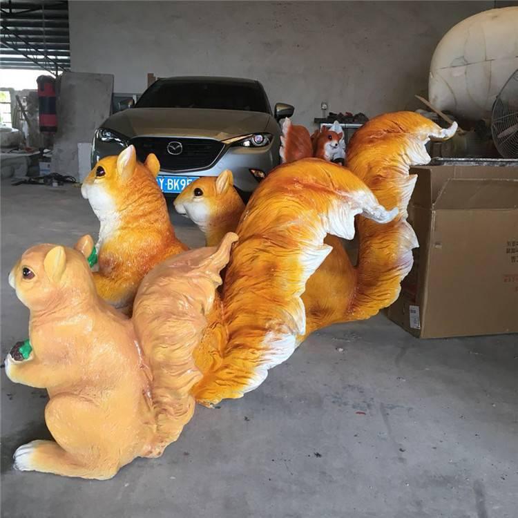 主题小松鼠玻璃钢雕塑,广州户外仿真动物雕塑摆件