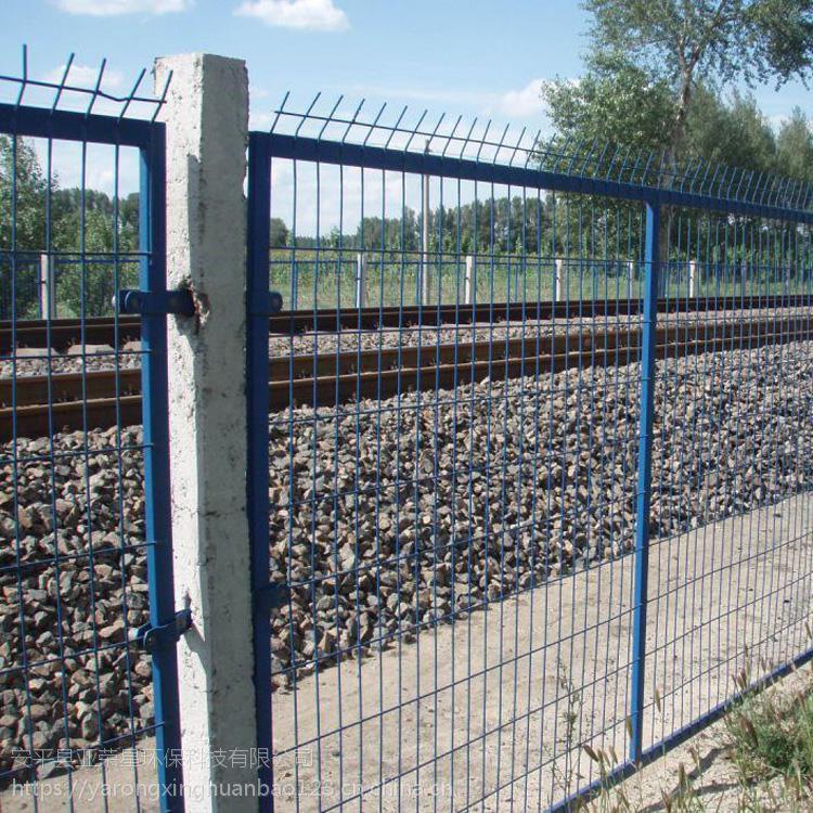 8001铁路护栏网@铁路隔离栅规格型号@水泥柱加小立柱铁丝网