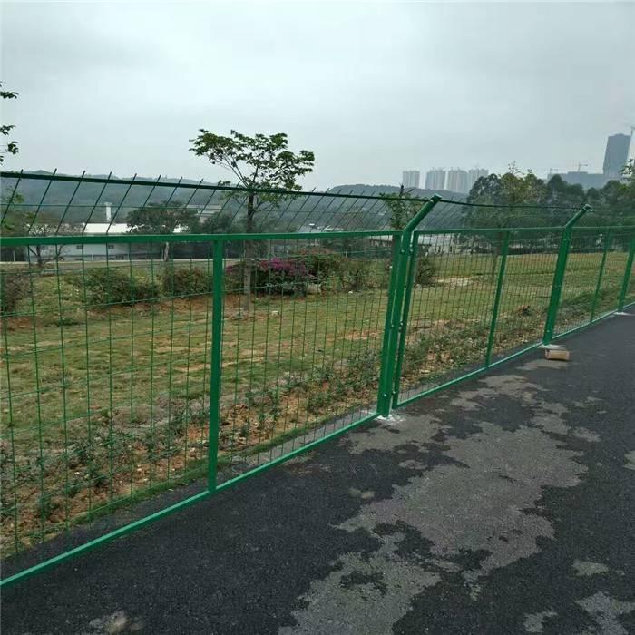 防攀爬隔离网 铁路安全防护围网 浸塑铁丝护栏网坚固耐用
