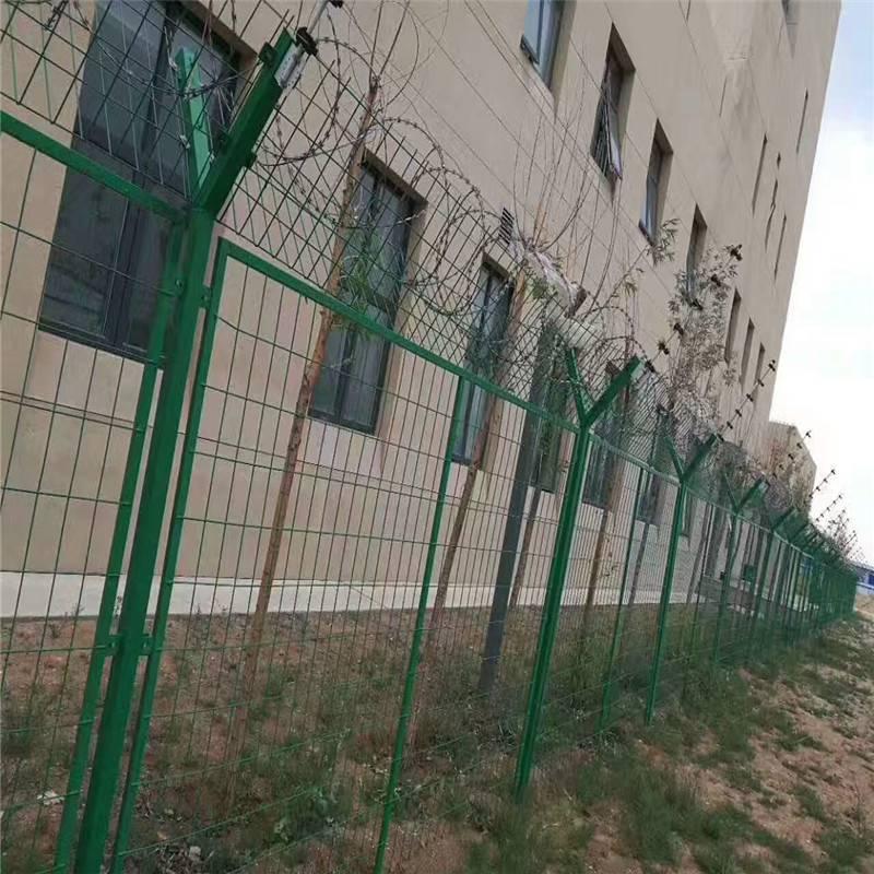 铁丝护栏网 桃型柱护栏网 隔离网报价