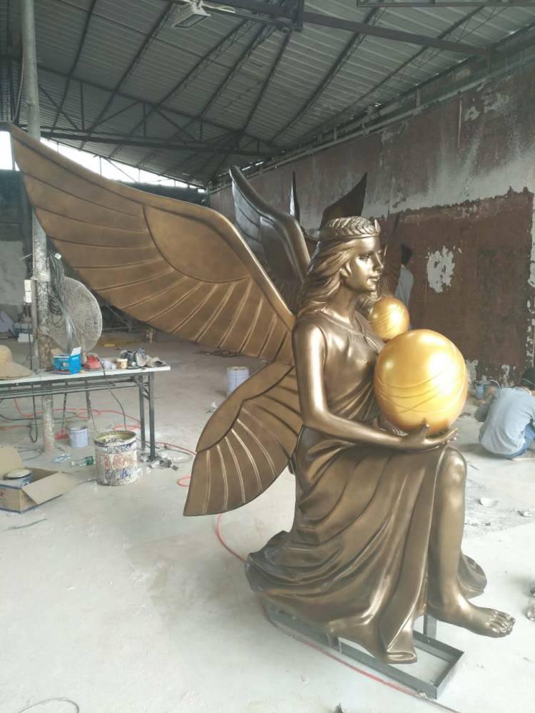 铸铜欧式带翅膀女神坐姿雕像玻璃钢仿铜手捧橄榄球造型汉白玉西方天使人物砂岩石雕塑房地产楼盘别墅景观摆件