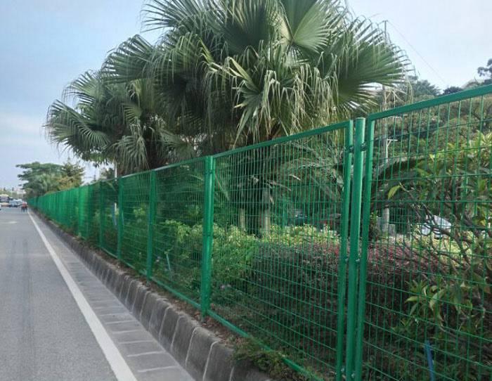 清远三角折弯护栏 广州马路边市政围栏网 清远浸塑钢丝网