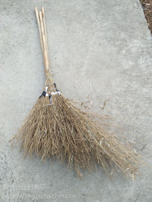 金竹牌扫帚,采用优质材料,先进工艺,轻便高效,牢固赖用,超值无比。