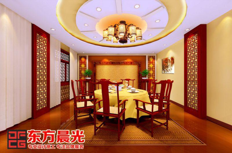 在四合院装修的屋檐下,精致的倒挂楣子选用中式装修花格,楣子下面图片