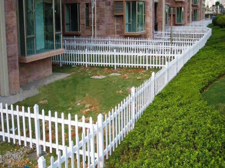 供应学校公园绿化带隔离栅栏锌钢围栏 白色PVC园艺塑钢草坪护栏