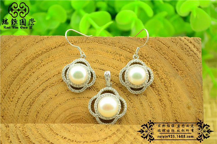 上一个 下一个>  产品介绍   名称:珍珠微镶四叶草套装 品牌:瑞银国图片