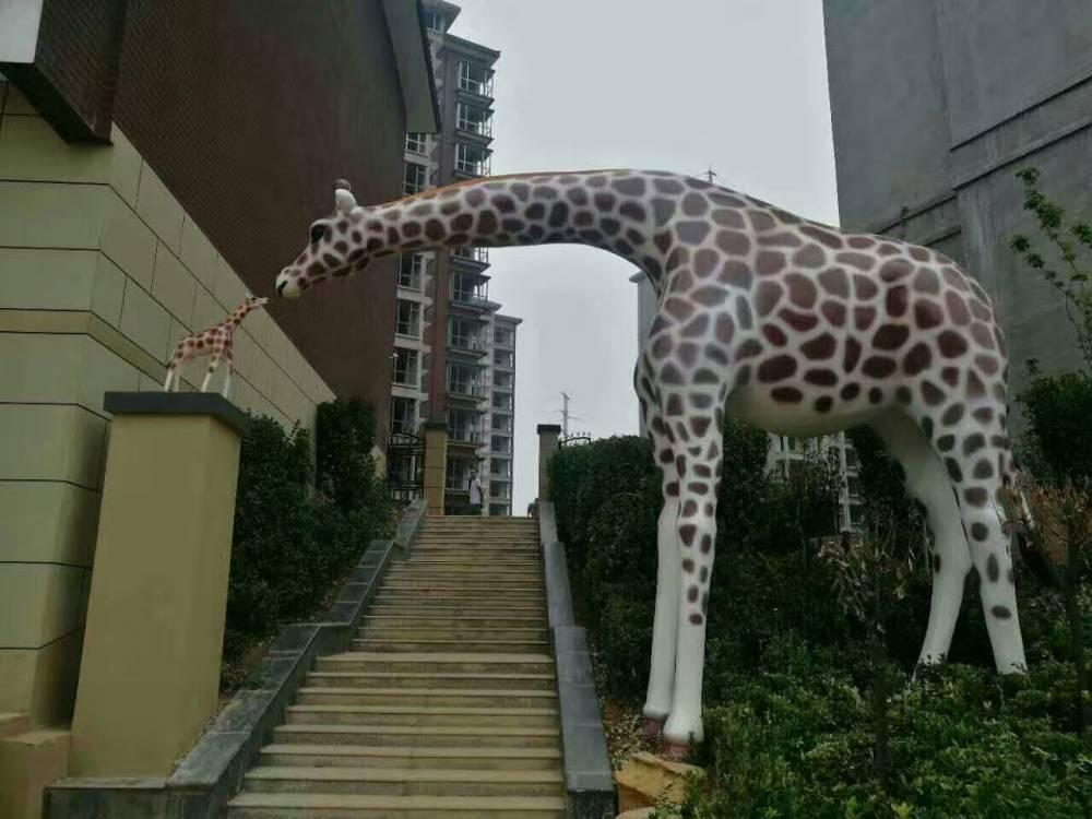 玻璃钢大型仿真长颈鹿接吻造型拱门雕塑巨型卡通抽象长颈鹿亲吻立体门楼户外景观园林门牌地产楼盘装饰