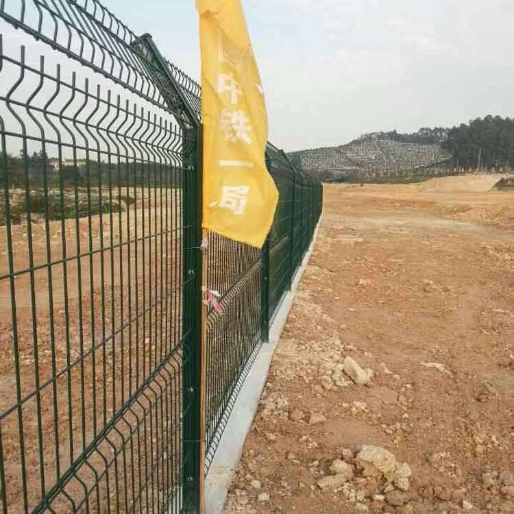 汕头建筑工地电焊隔离网 广州厂区方孔隔离网直销 学校外墙防护网价格