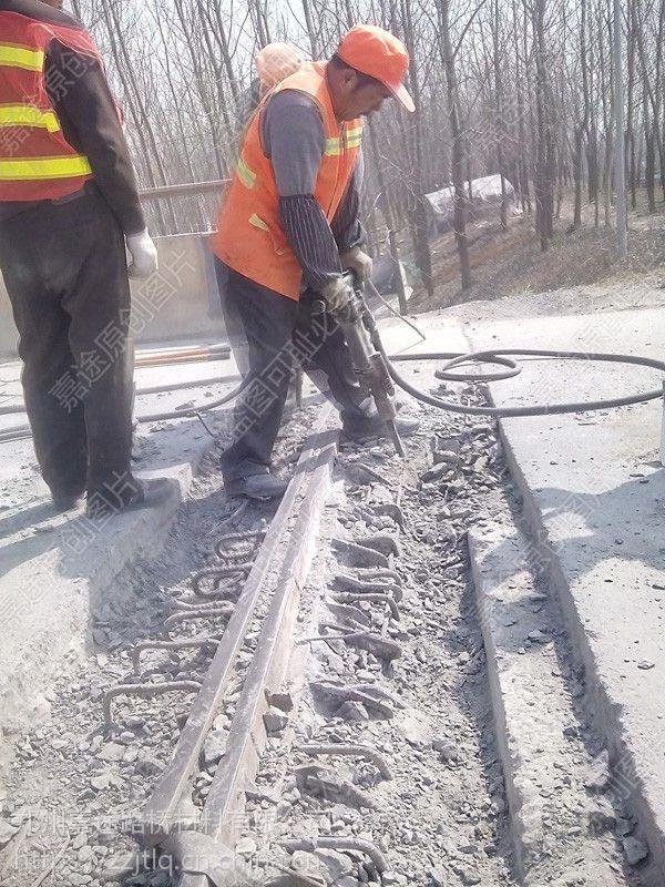 水泥路面受冻后为什么会出现许多的裂缝?如何解决?