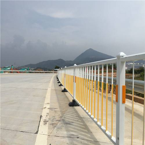 河源公路中央隔离栅规格 非机动车分隔护栏现货 韶关人行道栏杆供应