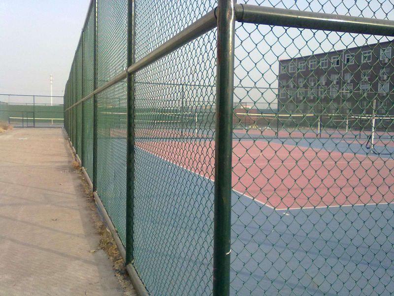 庚轩围栏网厂供应PVC包塑勾花护栏体育场围栏网