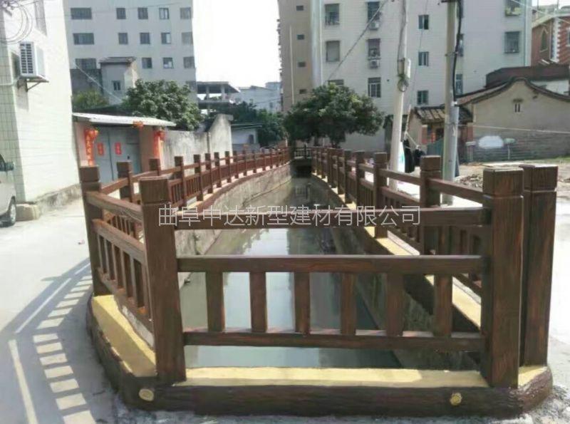 汶上厂家定制仿木护栏 水泥仿木栏杆 旅游景区河道仿木栏杆 河道仿石护栏