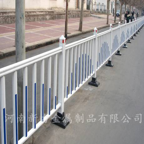 现货供应 热镀锌道路护栏 公路锌合金护栏 市政交通道路隔离栏 河南新力