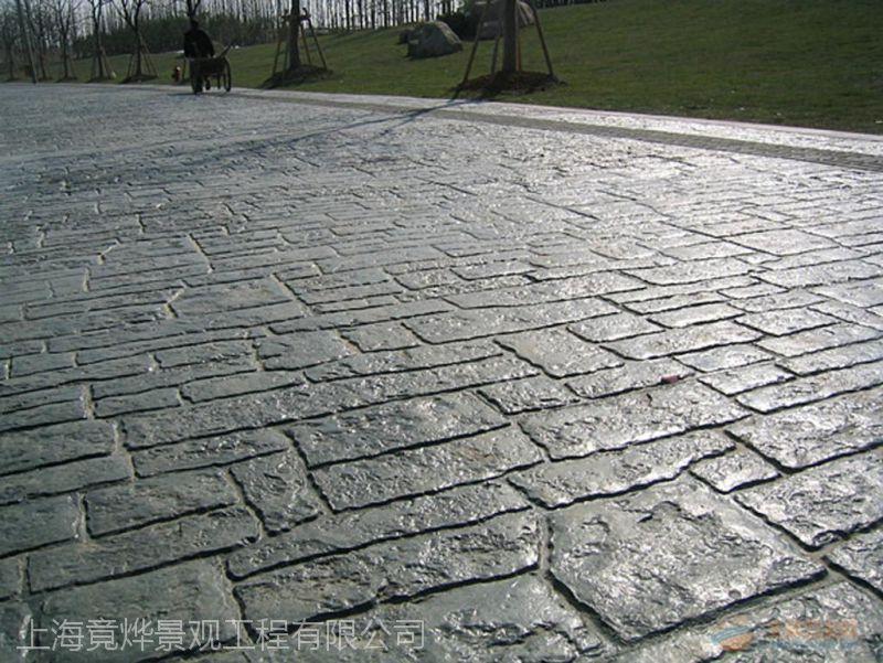 选用竟烨石质纹理的压模地坪提供专业的技术指导