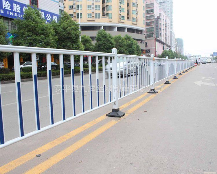 厂家供应铁管道路隔离栏市政护栏 人行道隔离栅白蓝护栏