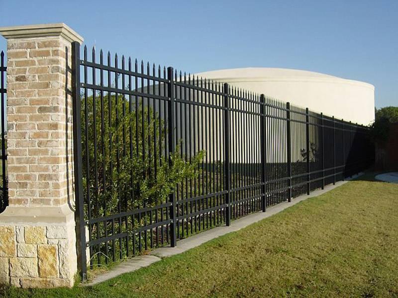工业园围墙铁栏杆、广州纺织厂穿插式围栏 水泥厂外墙焊接栅栏