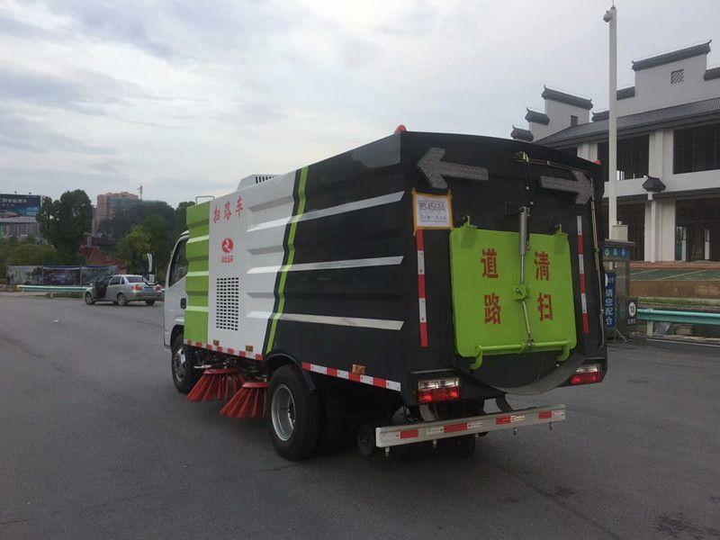 多利卡D6煤矿扫路车优惠促销 ,东风国四驾驶式扫路车,多利卡朝柴扫路车带洒水质量怎么样