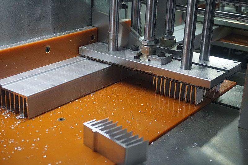 邓氏全自动铝型材切割机 散热器切割机视频 低噪音无尾料
