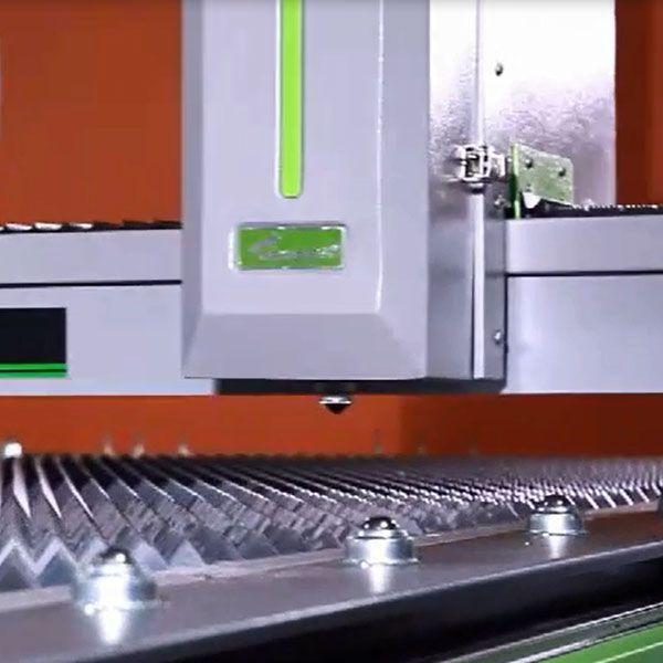 得马中低功率800w工业光纤重型激光钣金金属字雕刻切割机