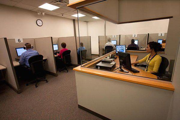 PTE学术英语考试现场,考生使用独立的电子设备进行答题,监考人员于考场外部实时监控考场内的情况。为考生营造舒适安静的考试环境,便于考生最大程度发挥自己真实的英语水平