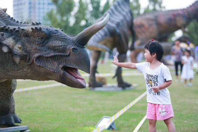 国际露营地恐龙展 雪景恐龙动态有声音