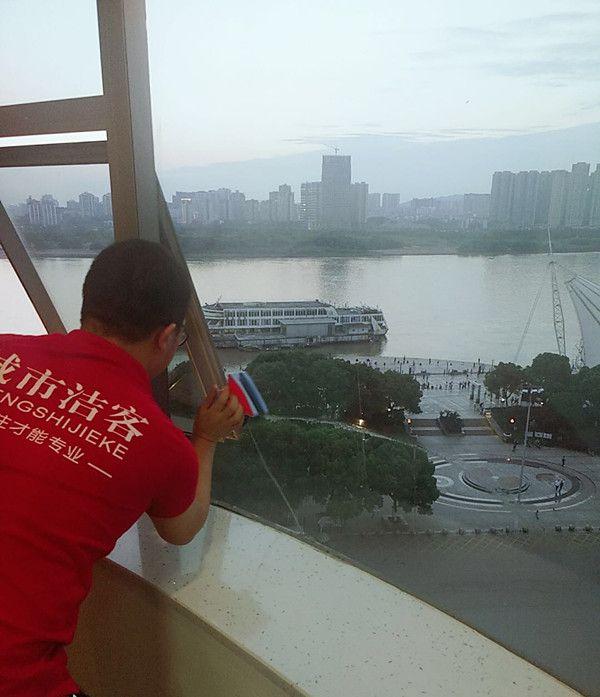 城市洁客家政保洁专业擦玻璃