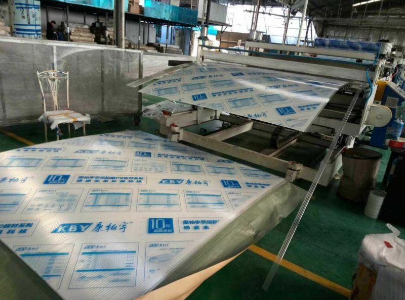 康柏宇阳光板8MM透明中空板正在开机生产中……
