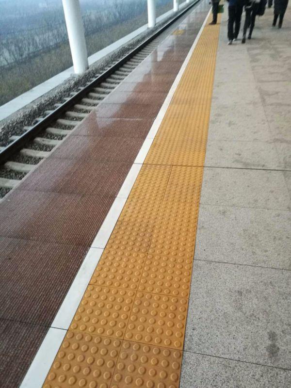 南阳站台全瓷盲道砖施工中