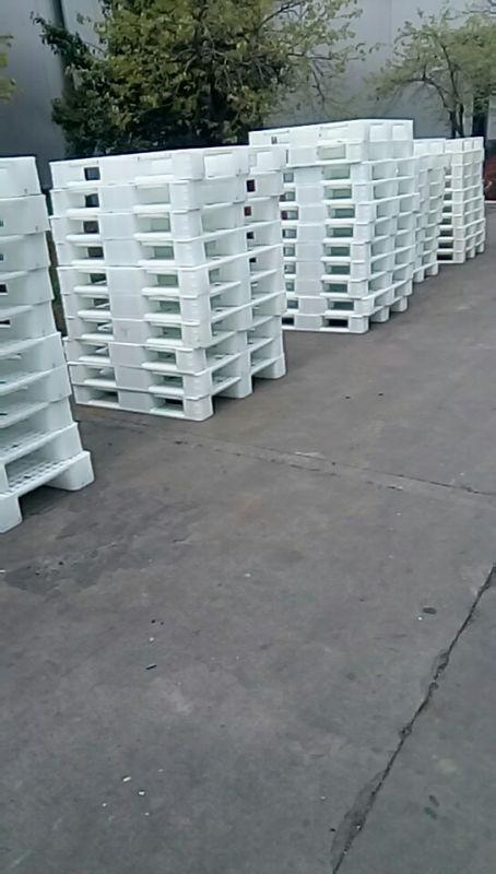 供应食品企业用的白色全新料塑料托盘出货装车